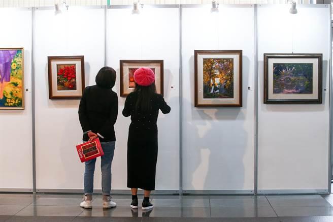 主打藝術平權、庶民參與藝術的中時藝術博覽會「台灣經典-冬」拍賣會,在27日落幕。現場不乏名家如書畫大師齊白石、抽象畫大師陳正雄之作,還有以電視劇花系列走紅的女星畫家程秀瑛作品,以及多幅名家無底標價畫作,底標價從千元到百萬元都有,吸引不少藝術新手參與。(鄧博仁攝)