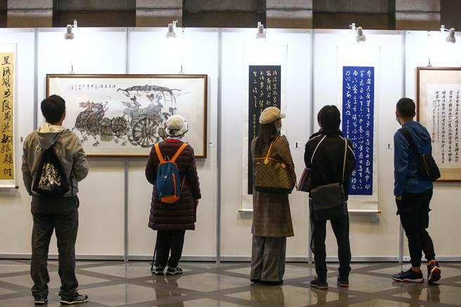 中時藝術博覽會「台灣經典-冬」拍賣會,底標價從千元到百萬元都有,吸引不手新手買家參與。(鄧博仁攝)