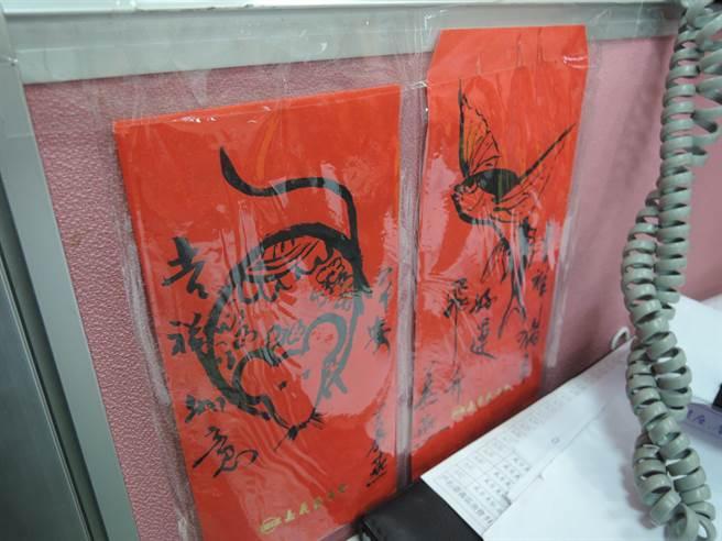 吳純裕設計的紅包袋也成為另類辦公小物。(張毓翎攝)