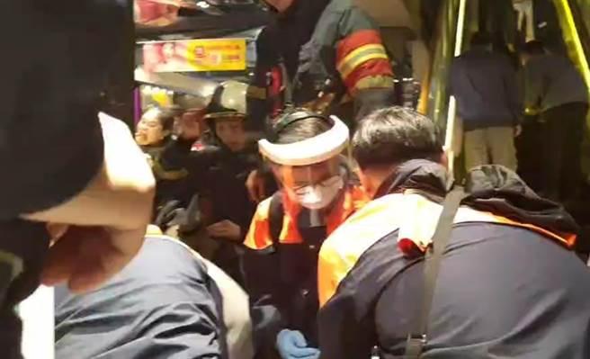救護人員趕抵現場急救。(民眾提供)