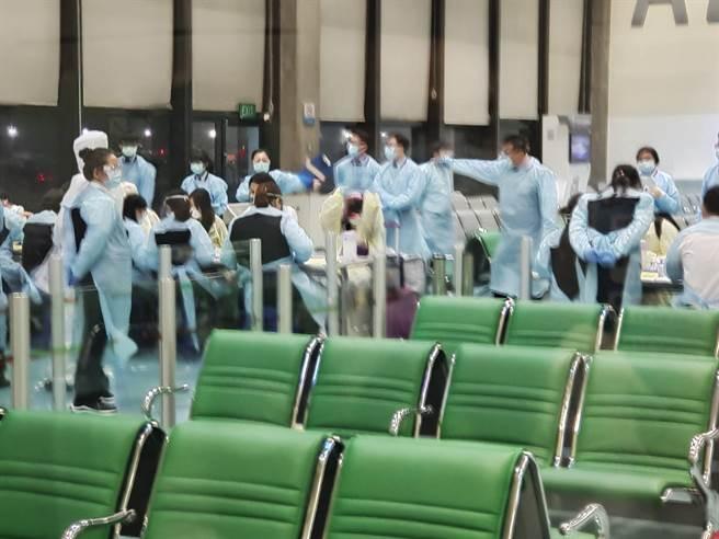 圖為桃園機場檢疫人員高規格備戰,迎接自英入境旅客。(陳麒全攝)