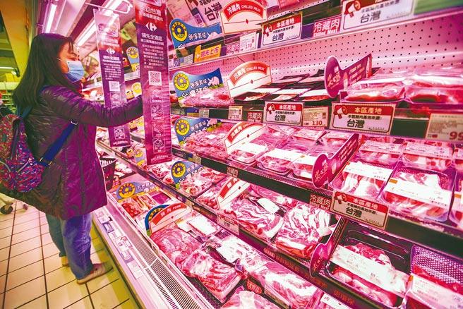 政府擬開放進口含萊克多巴胺美豬,消費者仔細挑選賣場架上的豬肉商品。(本報資料照片)