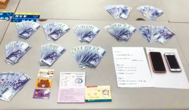 警方查扣54萬餘元不法所得,手機、提款卡等證物。(警方提供)