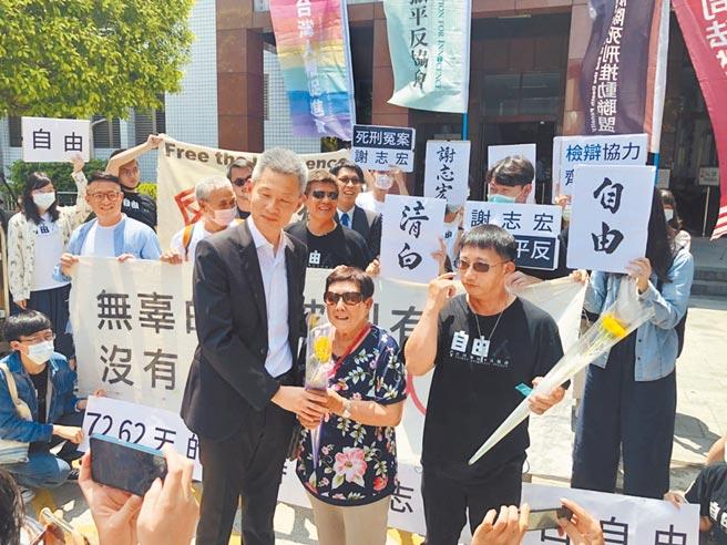 謝志宏(前排黑衣戴墨鏡者),雖獲刑事補償,但律師團不滿意要提覆審。(本報資料照片)