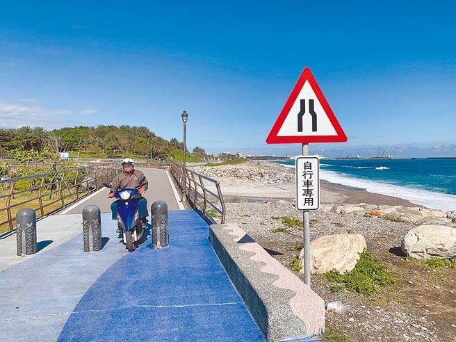 花蓮縣政府公告兩潭自行車道禁止汽機車進入,不過仍常見到民眾貪圖方便騎機車闖入。(王志偉攝)