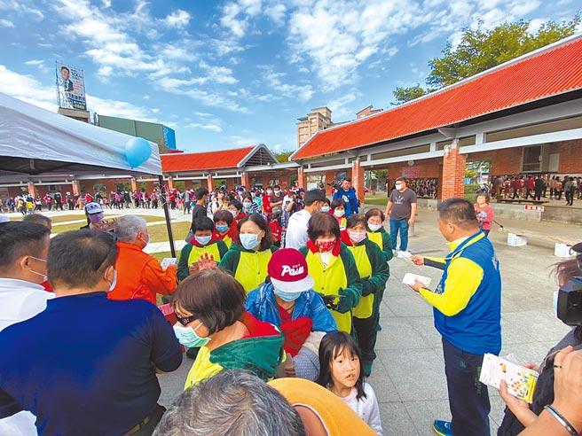 新竹縣竹北市人口破20萬人,竹北市公所26日舉辦慶祝活動,並致贈200張限量紀念悠遊卡給市民。(莊旻靜攝)