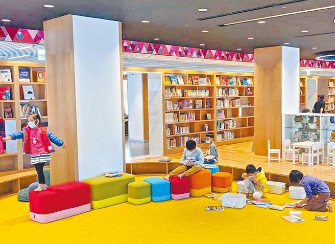 屏東縣立圖書館總館重新開館迄今4個月,進館總人次突破38萬人次,帶動兒童、青少年的讀書風氣。(潘建志攝)