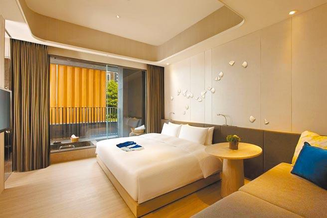 宜蘭礁溪晶泉丰旅「雅緻客房」一大床。(東南旅遊提供)
