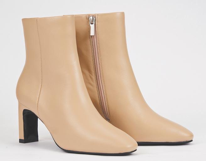 【復興館】KOKKO簡約真皮小方頭短靴(裸、黑)原價8980元,特價4980元,限量15雙。(SOGO提供)