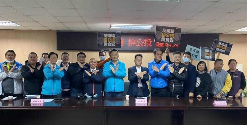 縣長楊鎮浯、議長洪允典率同府、會團隊出席,齊聲表達維護鄉親健康的嚴正立場。(李金生攝)