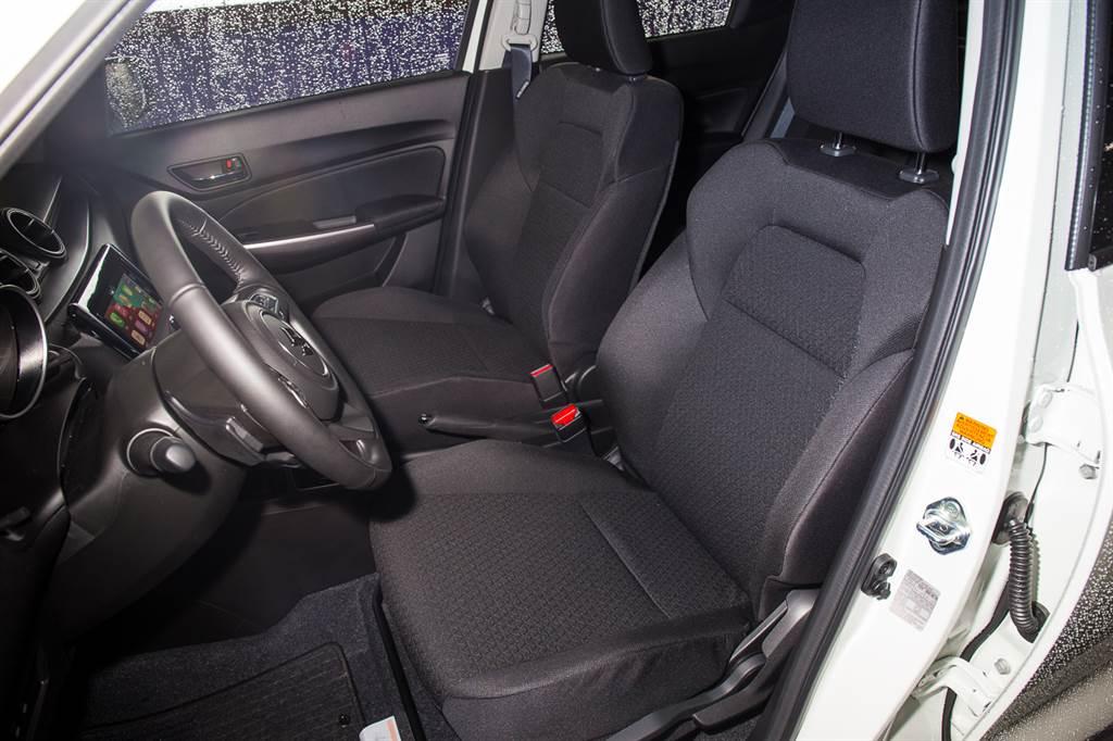 座椅採用歐洲入門車款常見的織布材質,而非國人喜愛的皮椅。