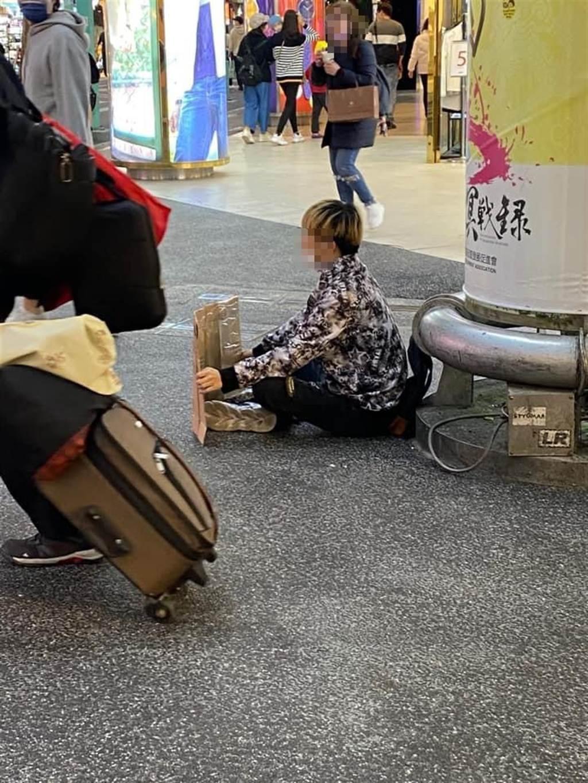網友貼出小鮮肉在西門町舉牌找乾媽的照片。(圖擷取自爆廢公社二館)