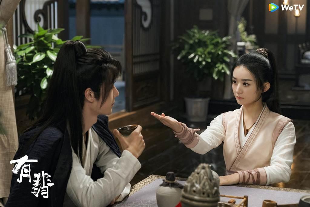 王一博(左)與趙麗穎在《有翡》互動逗趣。(WeTV海外站提供)