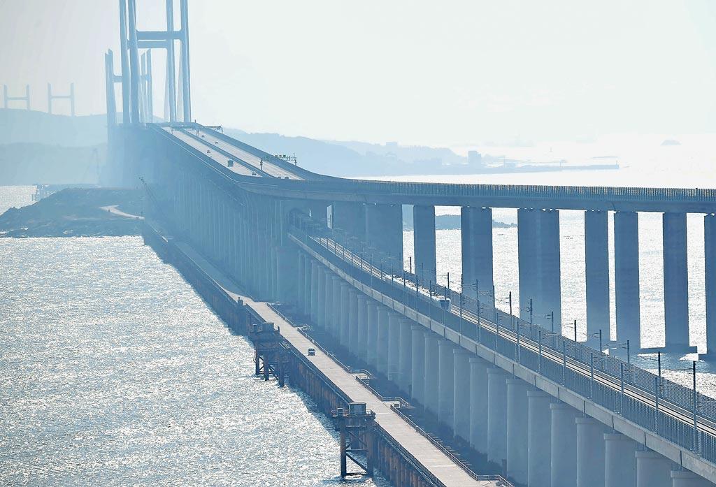 12月26日,福平鐵路開通營運,平潭海峽公鐵大橋同步投用,圖為列車經過海峽公鐵大橋。(新華社)
