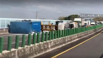 國3南下龍井段貨櫃車翻覆 全線封閉車陣回堵3公里