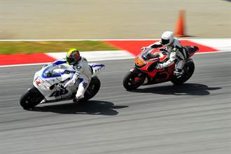 終點線前嗨到放油門慶祝 摩托車選手扭頭一看糗大了
