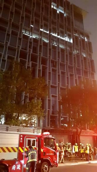 內湖辦公大樓冷氣室外機起火  疏散160人無人受傷