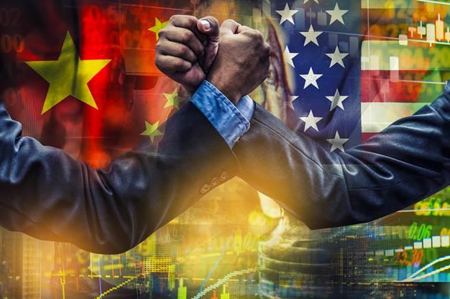 有學者認為外國機構預測中國提前於2028年經濟總量超越美國,目的是先捧再殺。(示意圖/達志影像shutterstock)