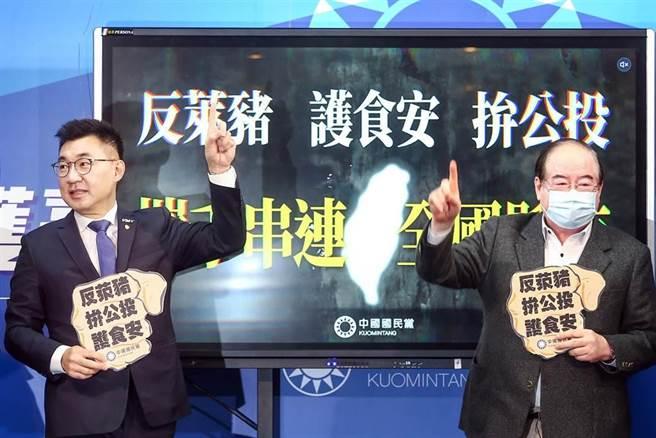 國民黨28日發動全台22縣市串連「反萊豬、拚公投、護食安」記者會,國民黨主席江啟臣(左)、秘書長李乾龍(右)等人出席,呼籲大家連署反萊豬公投法。(鄧博仁攝)