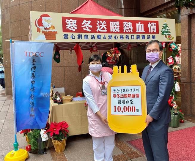 集保結算所朱漢強總經理(右)代表捐贈1萬個血袋予台北捐血中心。(圖/集保提供)