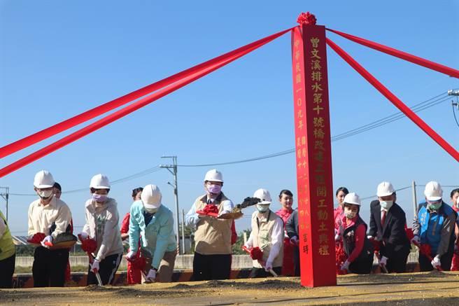 台南市政府工務局28日舉辦曾文溪排水第10號橋動土儀式,期盼改善安南區水患問題。(李宜杰攝)