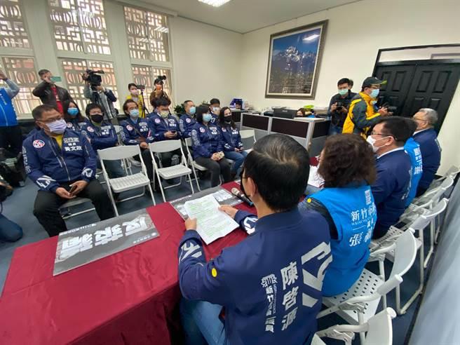 新竹市議會國民黨團28日舉行記者會,呼籲民眾明年1月9日起加入反萊豬的公投連署。(陳育賢攝)