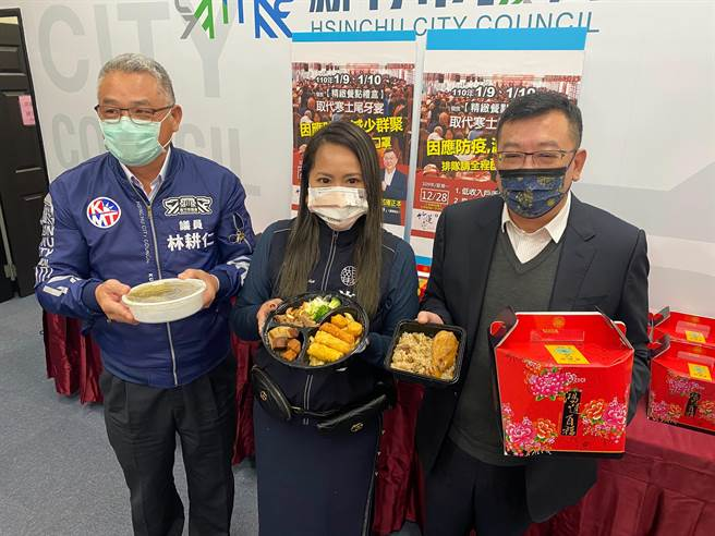 已連續10年舉辦寒士尾牙宴的新竹市竹蓮寺,今年為了防疫安全,改採「個人精緻餐點禮盒」外帶方式,希望持續帶給寒士溫暖。(陳育賢攝)