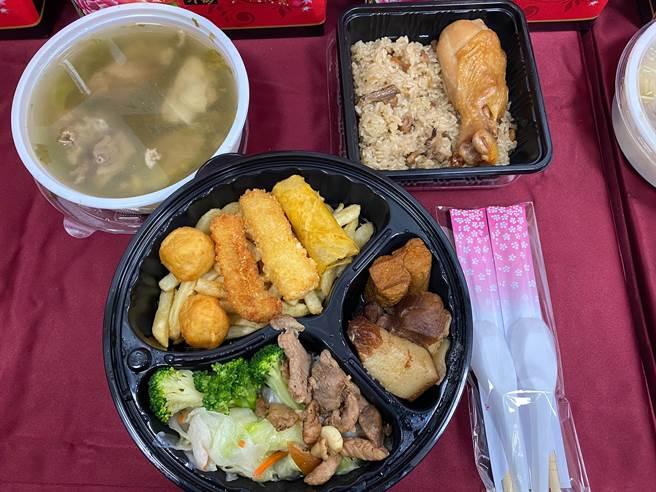 外帶餐盒菜色包括有雞腿油飯、焢肉、春捲、炸物、青菜酸菜鴨肉湯。(陳育賢攝)