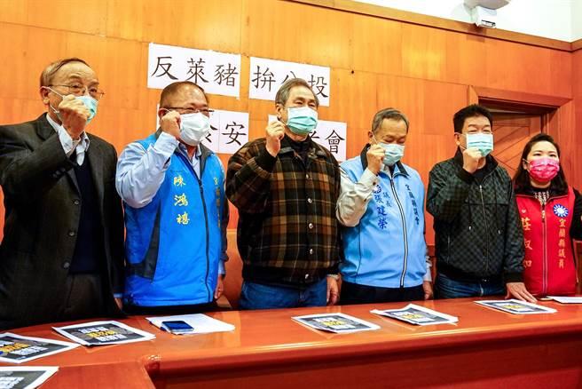 國民黨宜蘭縣議會黨團今舉辦「反萊豬、拚公投、護食安」記者會。(李忠一攝)