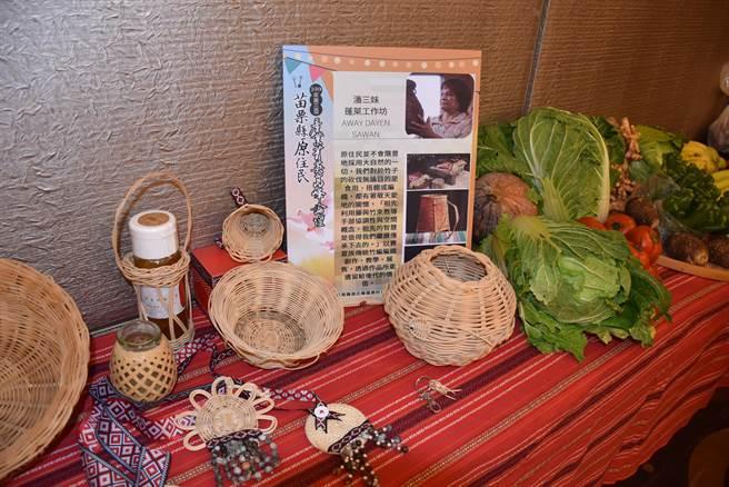 南庄蓬萊村長潘三妹是竹編藝品高手。(謝明俊攝)