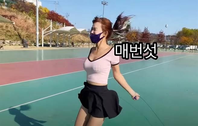 金善英跳繩,網友把重點擺在身材。(圖/YT@ Sexy Elf)