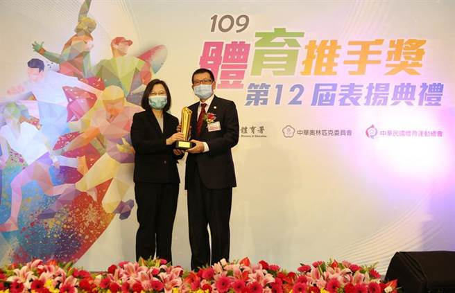 总统蔡英文(左)颁发体育推手奖予崇越集团副董事长赖杉桂(右)。图/崇越科技提供