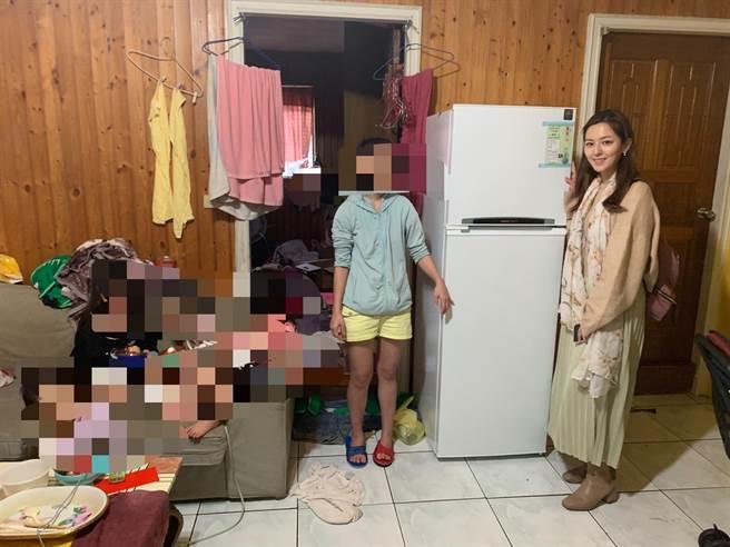 電視台主播房業涵(右)愛心送暖,今天送一台冰箱給江先生一家人。(盧金足攝)