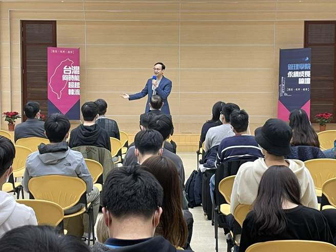 前國民黨主席朱立倫今天前往輔仁大學演講,「台灣何時能超越韓流?」為主題進行2個小時的演說。(李俊淇攝)