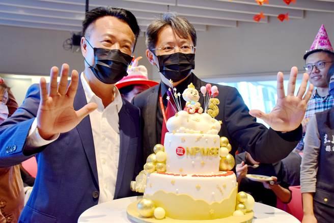 嘉義縣長翁章梁(左)與南院處長彭子程(右)、多位壽星一起切蛋糕,歡慶故宮南院5周年慶。(呂妍庭攝)