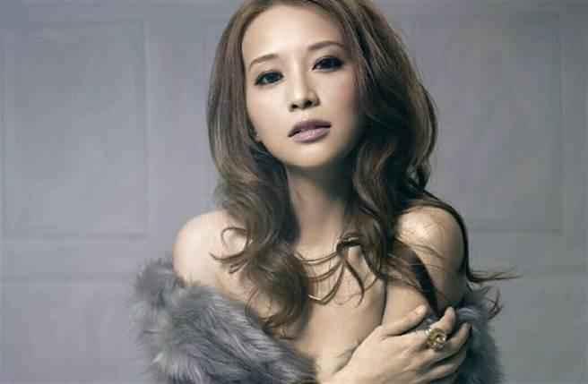 香港豔星林雅詩(Grace)選美出身,在電影《邪教檔案之末日風暴》因激情床戰,讓她打開知名度。(取自林雅詩微博)