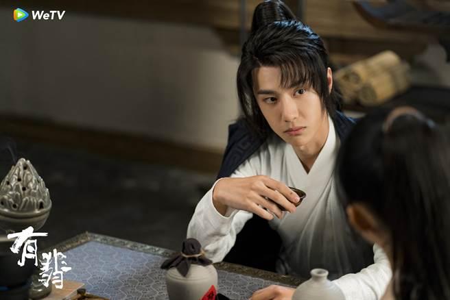 王一博(左)在《有翡》受封完美男友。(WeTV海外站提供)
