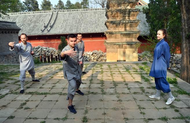 少林寺名聞國際,有許多外籍人士慕名前來學習武術,未來將為習武國際生頒授各級學位。(圖/新華社)