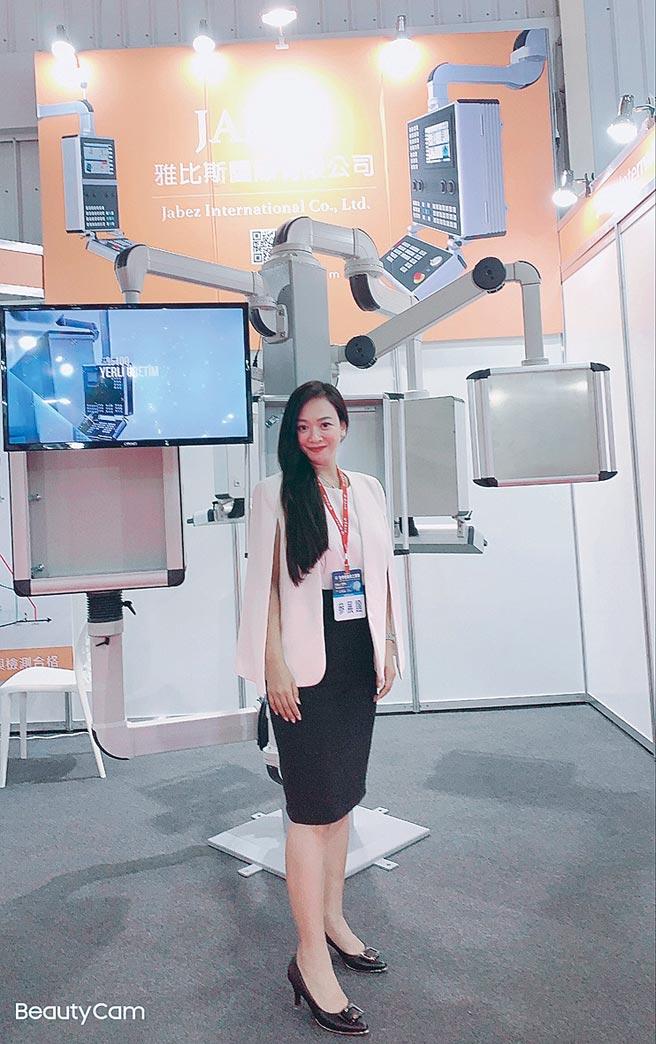 雅比斯公司經理田微筑和該公司最新推出的升降懸臂合影。圖/業者提供