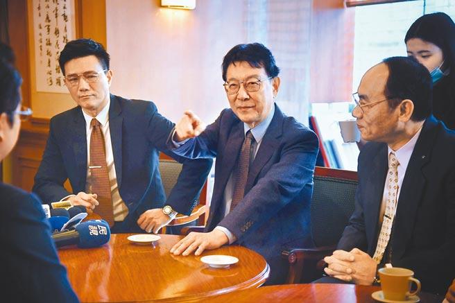 《國際橋牌社2》在立法院取景,邀請趙少康(中)客串演出。左為演員蔣偉文。(中央社)