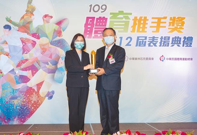華南金控獲頒教育部體育署「體育推手獎」贊助類金質獎、長期贊助獎及推展類銅質獎。(華南金控提供)