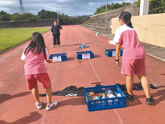 基隆市安樂高中為讓特殊生也能一同參與「滾球」體育活動,運用資源回收物品作為素材改良。(基隆市政府提供/陳彩玲基隆傳真)
