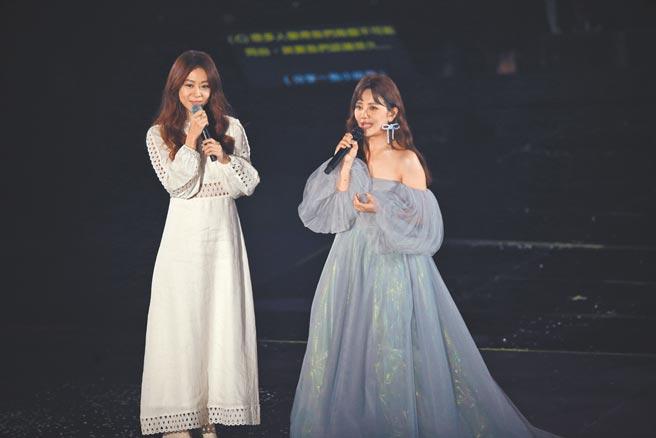梁靜茹(右)昨邀好友陳綺貞同台合唱。(粘耿豪攝)