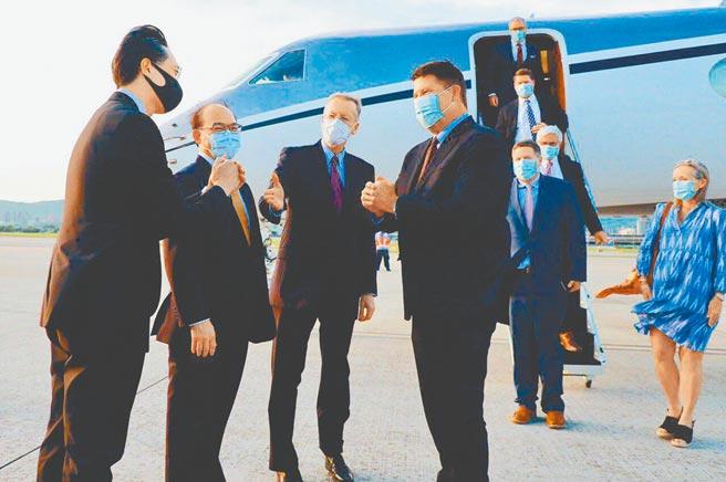 9月17日,美國國務院次卿柯拉克(左4)訪台,向接機的在台協會處長酈英傑(左3)及我外交部官員致意。(外交部提供)