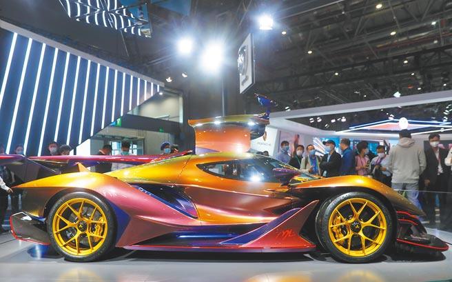 大陸自主品牌汽車不如進口車火紅,圖為11月6日第三屆進博會上,觀眾圍觀全碳纖維超級跑車Apollo IE。(新華社)