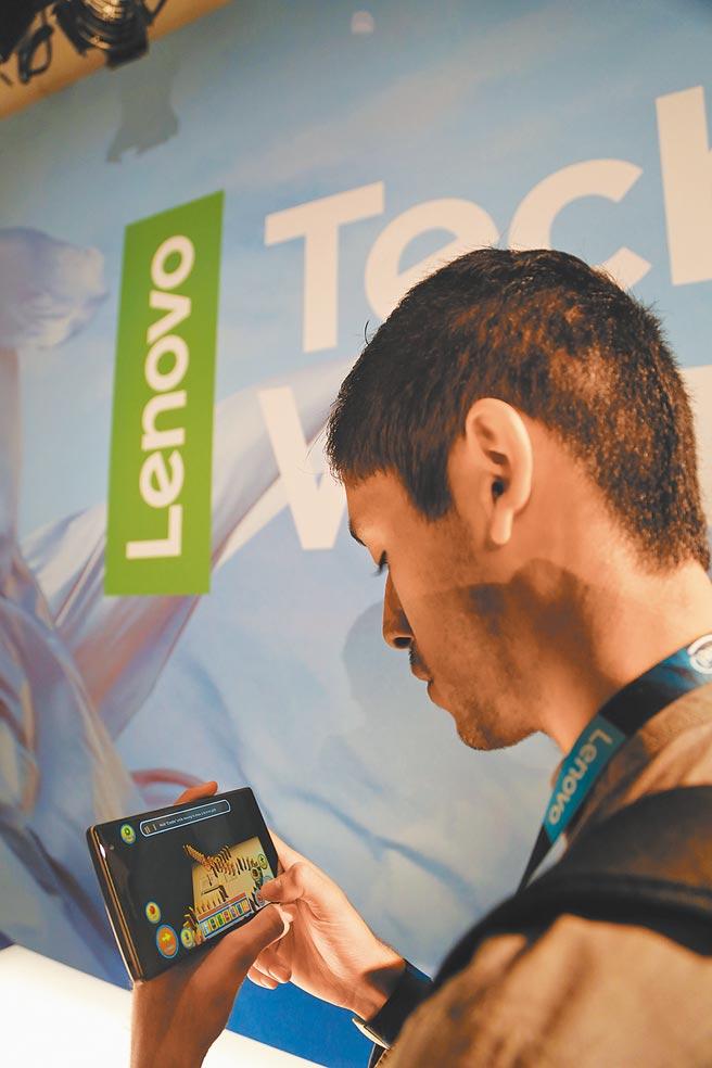 大陸手機依賴谷歌的作業系統,圖為聯想2016年在美國發布新品,與會者體驗由谷歌技術支援的聯想智慧手機。(新華社資料照片)