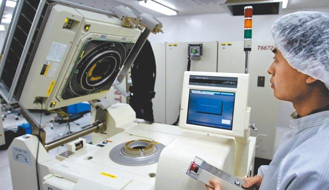 大陸「關門練功」發展半導體,圖為2003年2月26日「漢芯一號」研製成功,研究人員進行測試。(新華社)