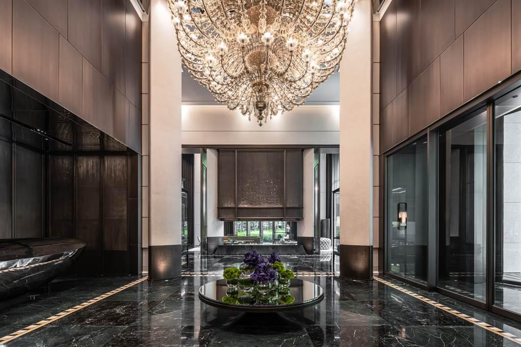 「寶璽天睿」一樓大廳挑高10.6米,懸掛全亞洲唯一手工雕塑超大型ARS Murano玻璃吊燈,市價高達40萬歐元。(業者提供)