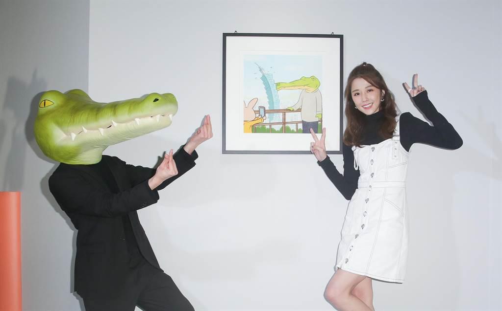 邵雨薇現身「Keigo展-我的生活不可能那麼壞」開幕活動與鱷魚先生互動。(吳松翰攝)