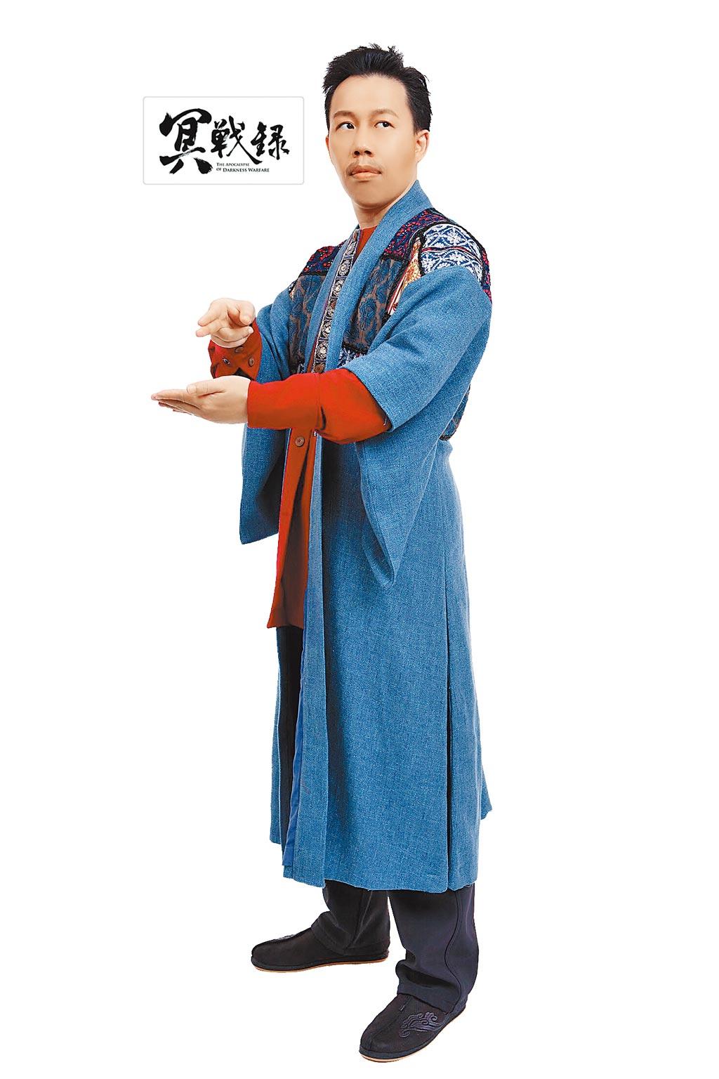 漫畫家韋宗成在《冥戰錄》裡飾演「七叔」一角,他表示,這個角色既是漫畫裡擅長茅山道術的道士,同時是他自己。(明華園戲劇總團提供)
